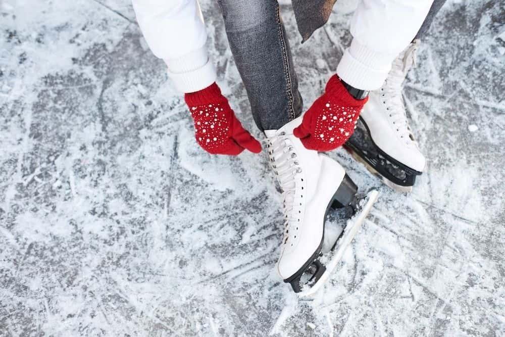 women lacing her ice skates