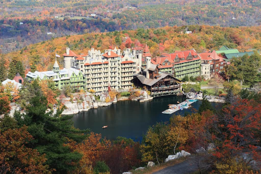Looking down on Mohonk Lake and Mohonk Mountain House resort surrounded by sandstone cliffs and colorful Autumn trees in the Shawangunk Mountains of New York (Looking down on Mohonk Lake and Mohonk Mountain House resort surrounded by sandstone cliffs